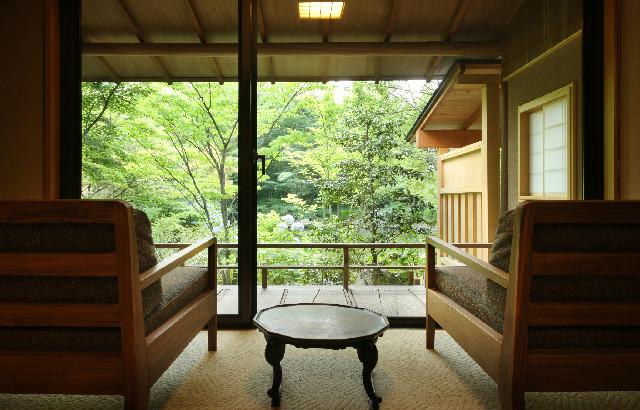 12帖を含む3室と古代檜風呂、露天風呂が用意された1階の特別室「侘助」